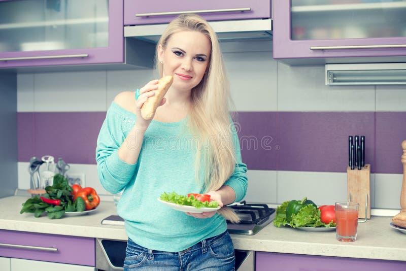 Conceito saudável da gravidez Retrato da mulher gravida nova bonita imagem de stock