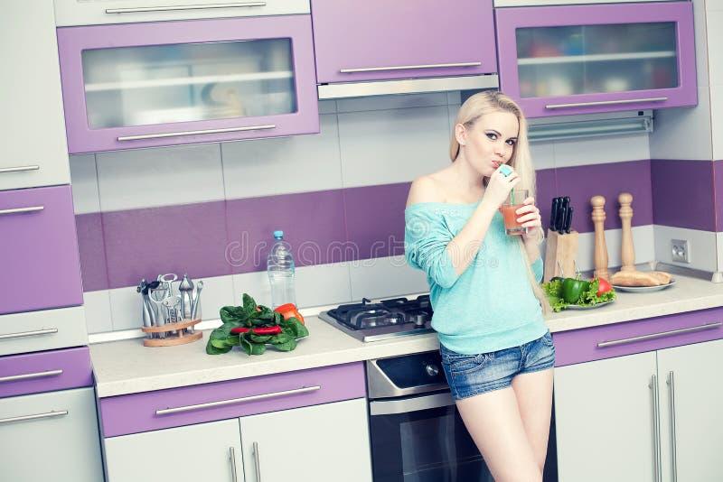 Conceito saudável da gravidez Retrato da mulher gravida nova bonita fotos de stock royalty free