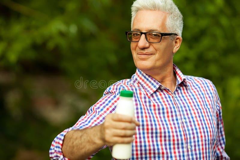 Conceito saudável do alimento Retrato de um ancião maduro em c na moda foto de stock