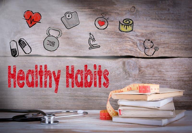 Conceito saudável dos hábitos Pilha de livros e de um estetoscópio em um fundo de madeira imagem de stock