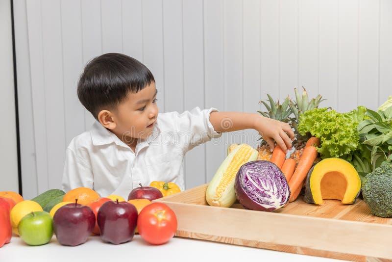 Conceito saudável e da nutrição Criança que aprende sobre a nutrição como escolher comer frutas e legumes frescas imagens de stock royalty free