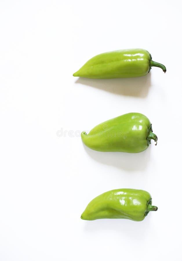 Conceito saud?vel do alimento do vegetariano Pimentas verdes em um fundo branco imagem de stock