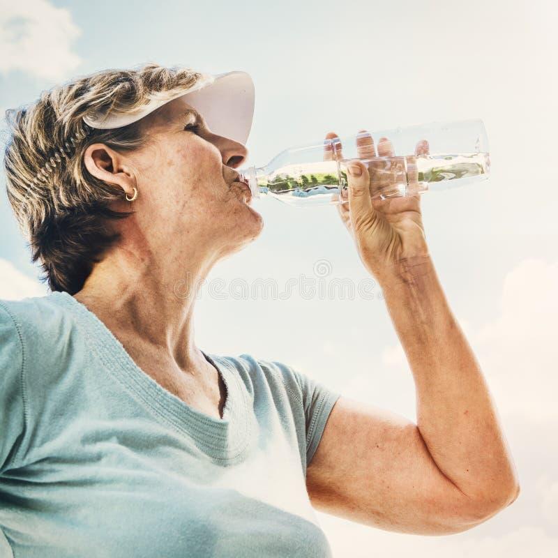 Conceito sedento do sênior da bebida da bebida do rafrescamento da água fotografia de stock