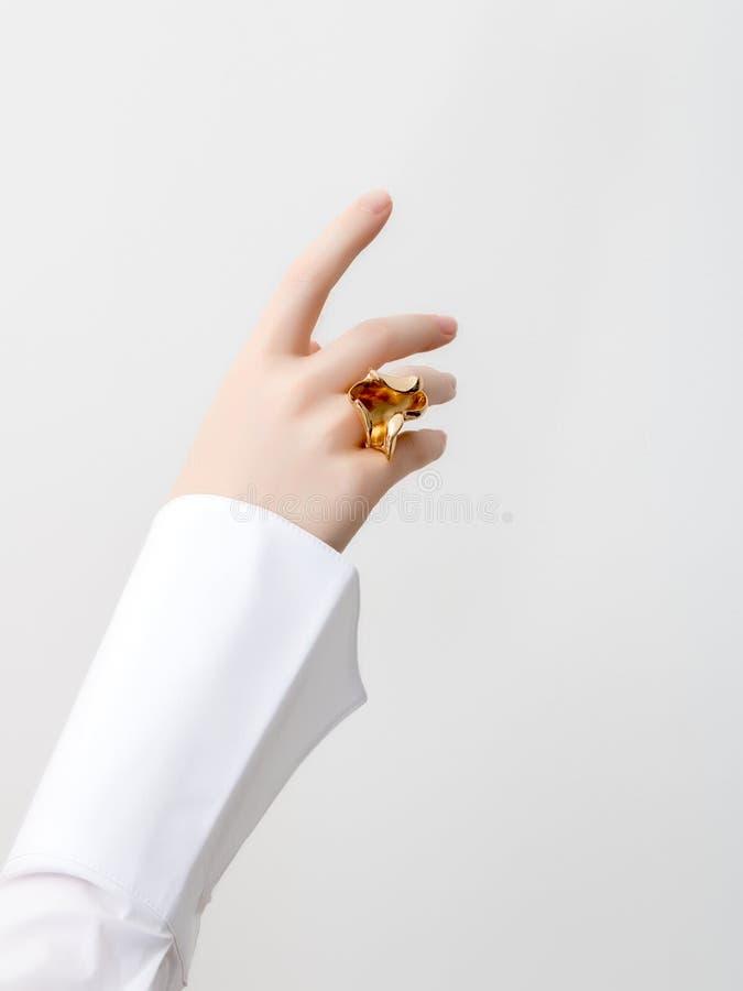Conceito simples da beleza - acessórios da joia Mãos delicadas da beleza com fim do tratamento de mãos acima Dedos f?meas bonitos imagem de stock royalty free
