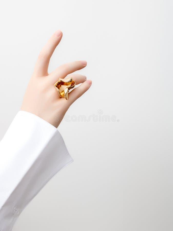 Conceito simples da beleza - acessórios da joia Mãos delicadas da beleza com fim do tratamento de mãos acima Dedos f?meas bonitos foto de stock royalty free