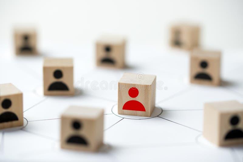 Conceito social da rede dos meios usando o bloco de madeira do cubo dos povos do ícone fotos de stock