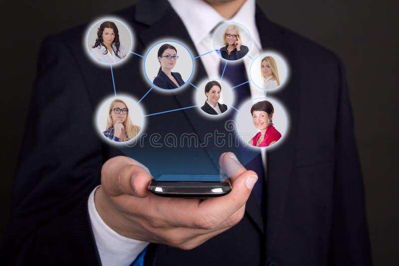 Conceito social da rede - telefone esperto moderno na mão do homem de negócio imagem de stock royalty free