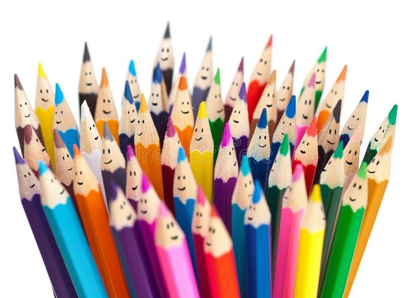 Conceito social de sorriso dos trabalhos em rede dos lápis coloridos das caras imagem de stock