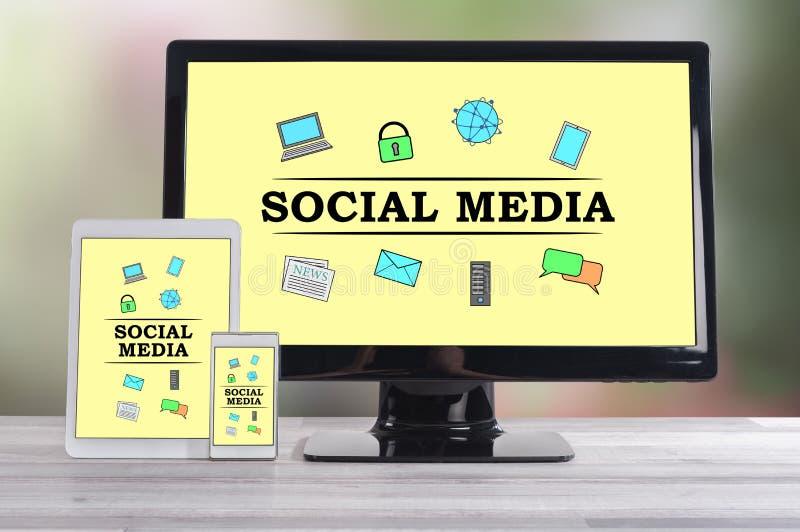 Conceito social dos meios em dispositivos diferentes ilustração royalty free