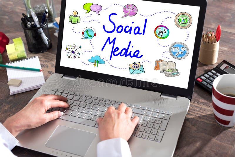 Conceito social dos meios em uma tela do portátil fotografia de stock royalty free