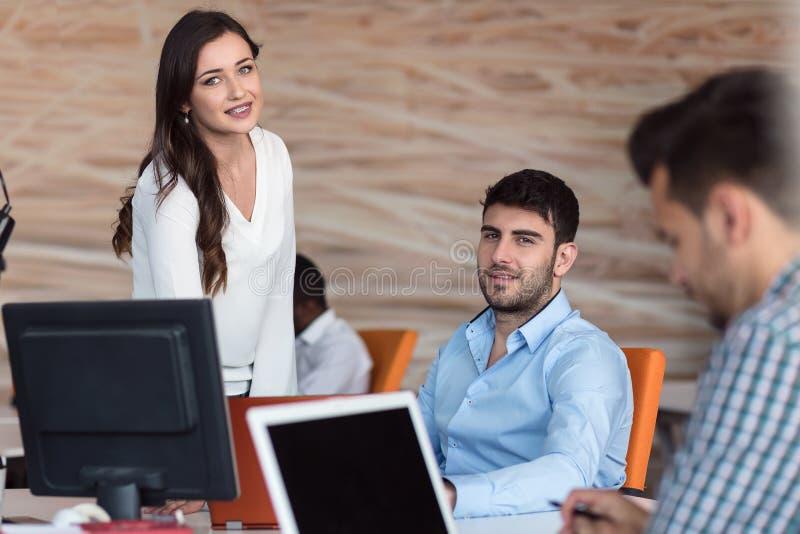 Conceito Startup da reunião de sessão de reflexão dos trabalhos de equipa da diversidade imagem de stock