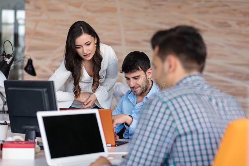 Conceito Startup da reunião de sessão de reflexão dos trabalhos de equipa da diversidade imagens de stock