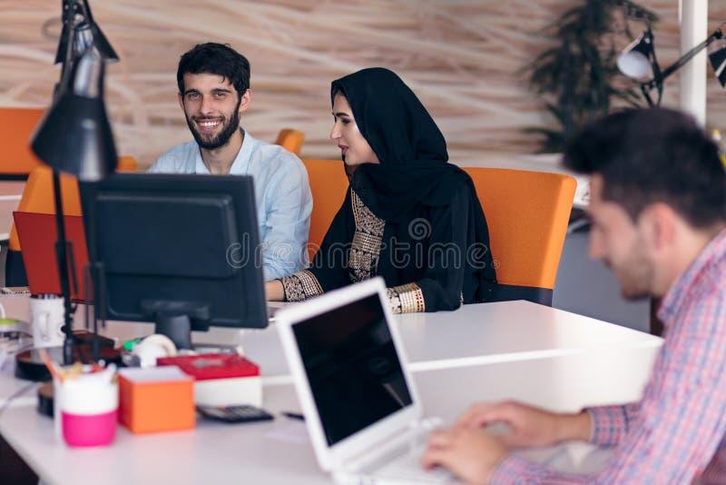 Conceito Startup da reunião de sessão de reflexão dos trabalhos de equipa da diversidade foto de stock