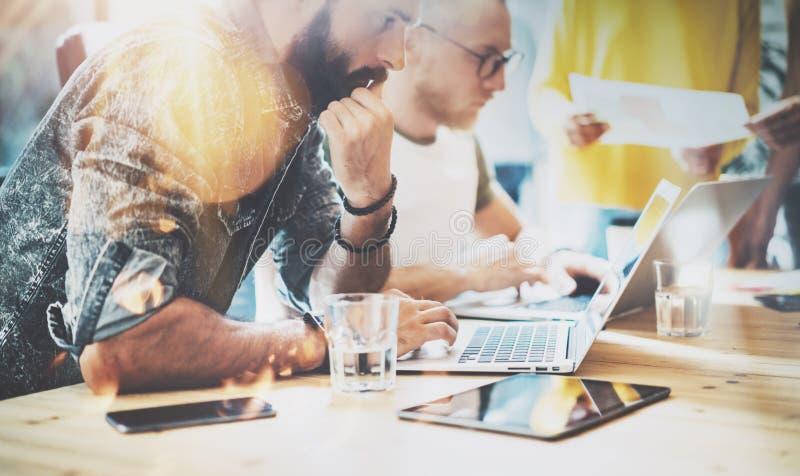 Conceito Startup da reunião de sessão de reflexão dos trabalhos de equipa da diversidade Portátil de Team Coworkers Analyze Finan imagem de stock
