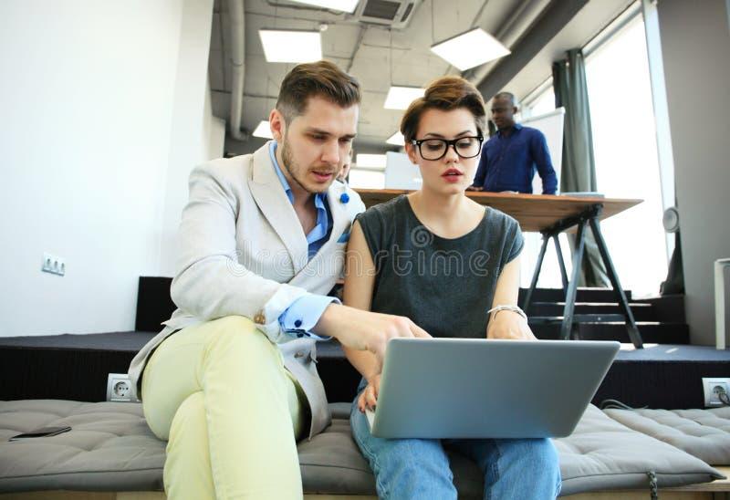 Conceito Startup da reunião de sessão de reflexão dos trabalhos de equipa da diversidade Portátil de Team Coworkers Analyze Finan fotos de stock royalty free
