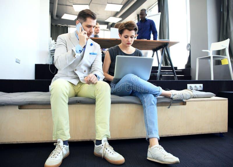 Conceito Startup da reunião de sessão de reflexão dos trabalhos de equipa da diversidade Portátil de Team Coworkers Analyze Finan imagens de stock