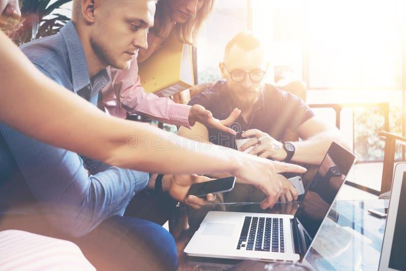Conceito Startup da reunião de sessão de reflexão dos trabalhos de equipa da diversidade Portátil de Team Coworkers Global Sharin fotos de stock royalty free