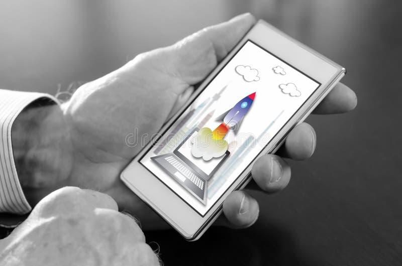 Conceito Startup em um smartphone fotos de stock royalty free