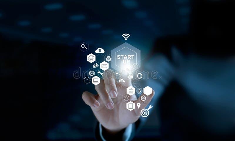 Conceito Startup O ícone tocante do homem de negócios começa acima a rede foto de stock
