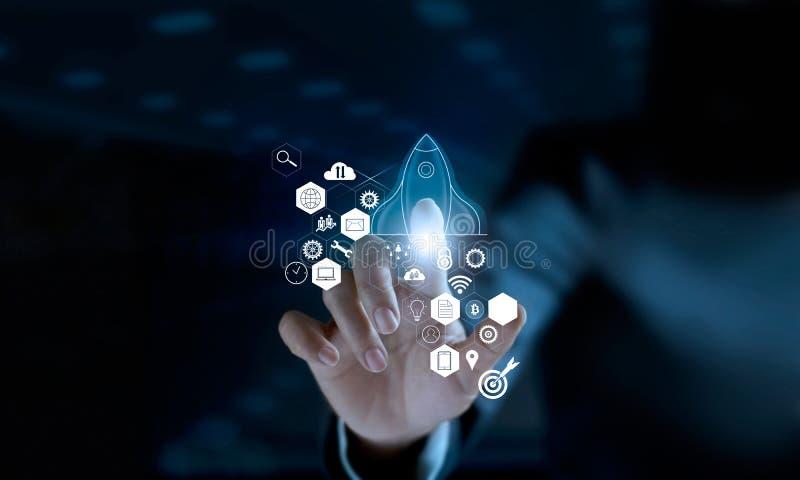 Conceito Startup O foguete transparente do ícone tocante do homem de negócios é de lançamento e de voo para fora com conexão de r fotografia de stock royalty free