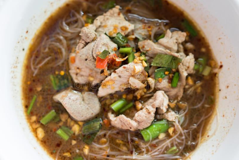 Conceito tailandês do alimento Macarronetes tailandeses da vista superior picantes imagens de stock royalty free