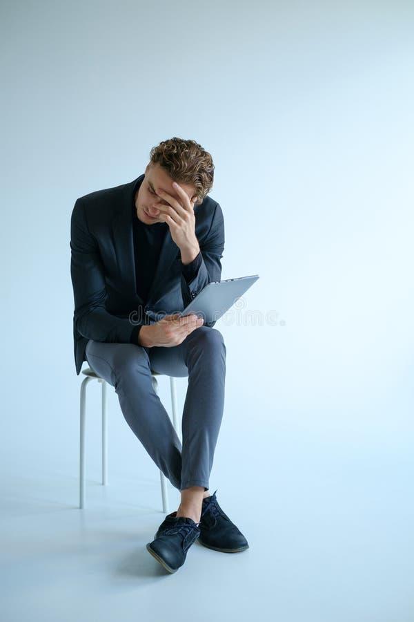 Conceito triste retirado cansado do esforço das más notícias do homem fotografia de stock
