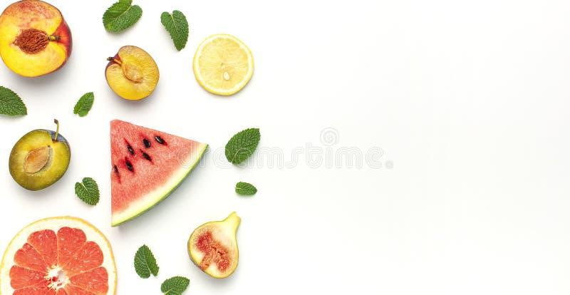 Conceito tropical do fruto do verão A disposição criativa fez das folhas maduras frescas da melancia, do pêssego, da ameixa, do f imagem de stock royalty free