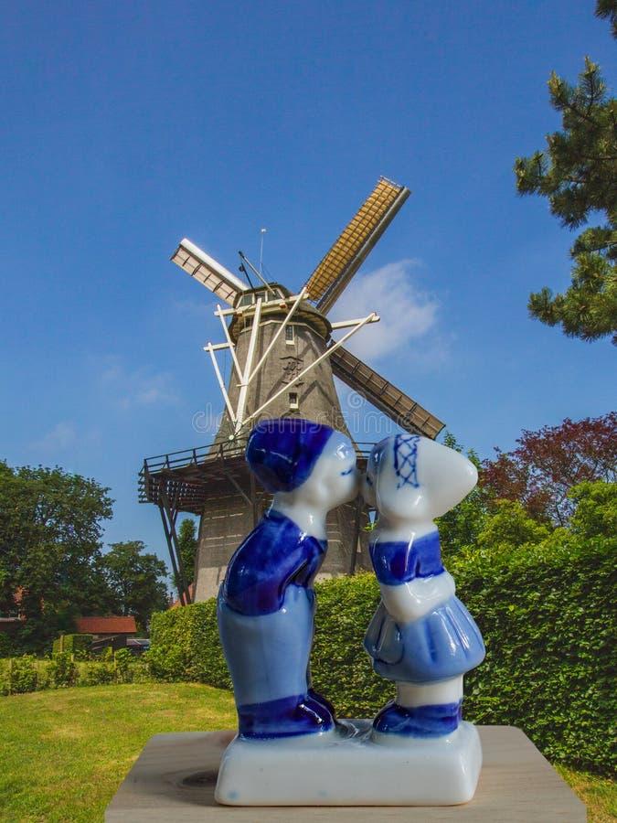 Conceito turístico da Holanda da boa vinda Moinho da Holanda na paisagem do asummer foto de stock