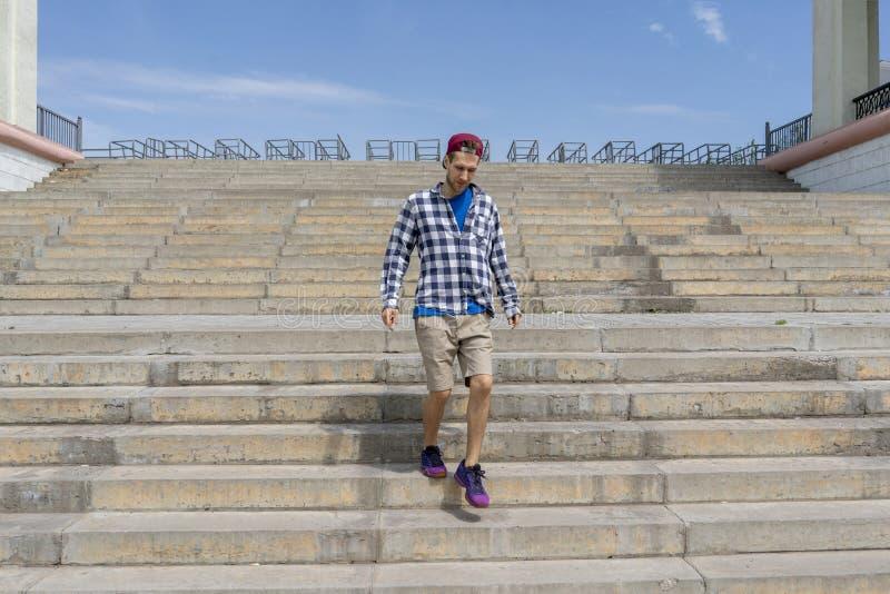 Conceito urbano, caminhada do homem novo nas escadas na cidade fotografia de stock