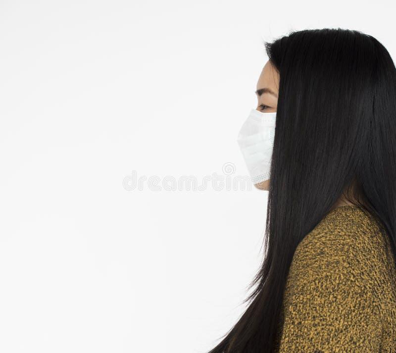 Conceito vestindo da máscara da mulher africana fotografia de stock