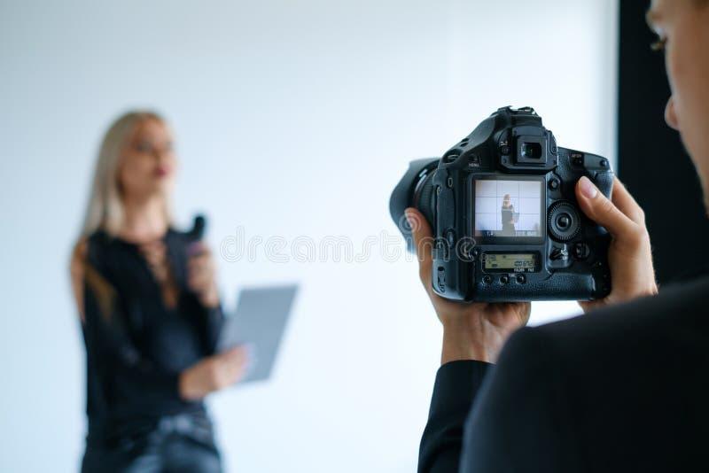 Conceito video de bastidores do equipamento da câmera do película imagem de stock