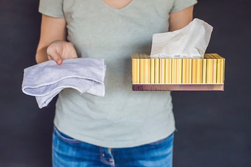 Conceito waste zero Use uma toalha de bambu ou umas limpezas descartáveis zero foto de stock