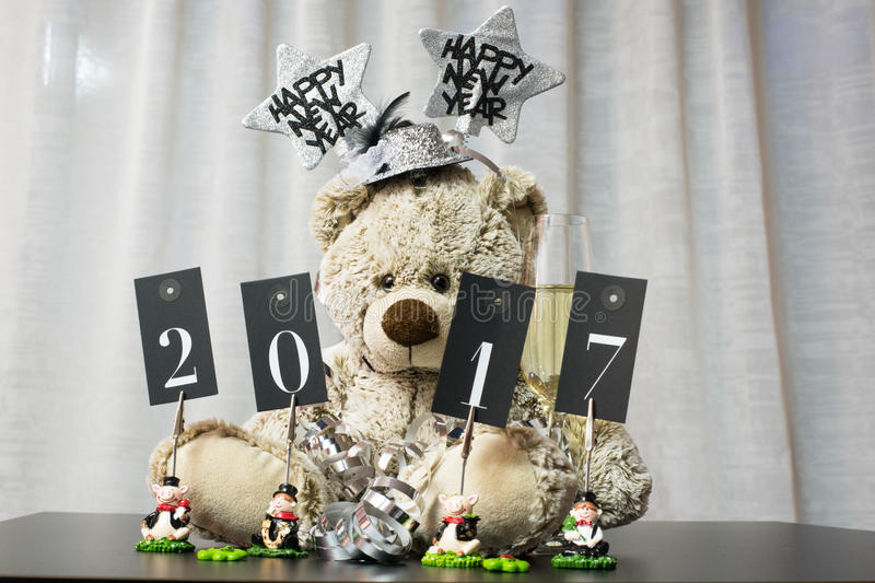 Conceito year end do cartão com urso, flâmula e champain no branco imagem de stock