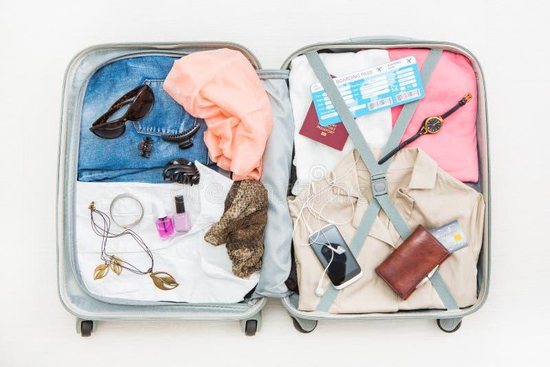 Conceitos abertos da parte superior do saco de viagem do viajante do curso imagens de stock royalty free