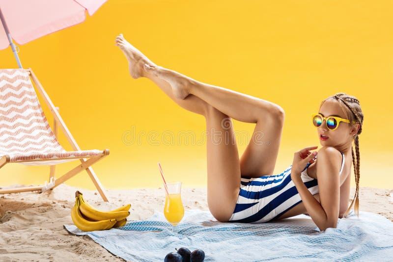 Conceitos da beleza Férias de verão e tempo de lazer agradável com bebidas imagem de stock