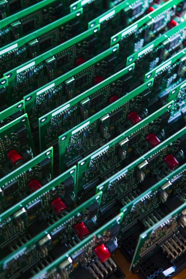 Conceitos da indústria eletrônica Grupo de placas de circuito impresso prontas imagens de stock