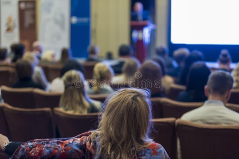 Conceitos das conferências de negócio Oradores masculinos do anfitrião que estão na parte dianteira na fase fotos de stock