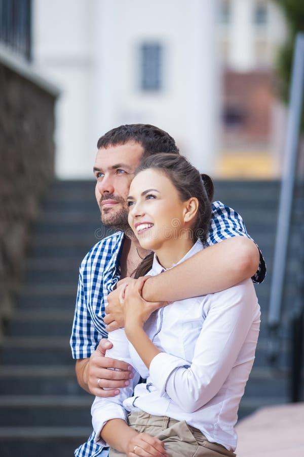 Conceitos de amor, romance e cuidado Retrato aproximado de Amar Casal Caucasiano Viajando pela cidade Posicionando Juntos foto de stock
