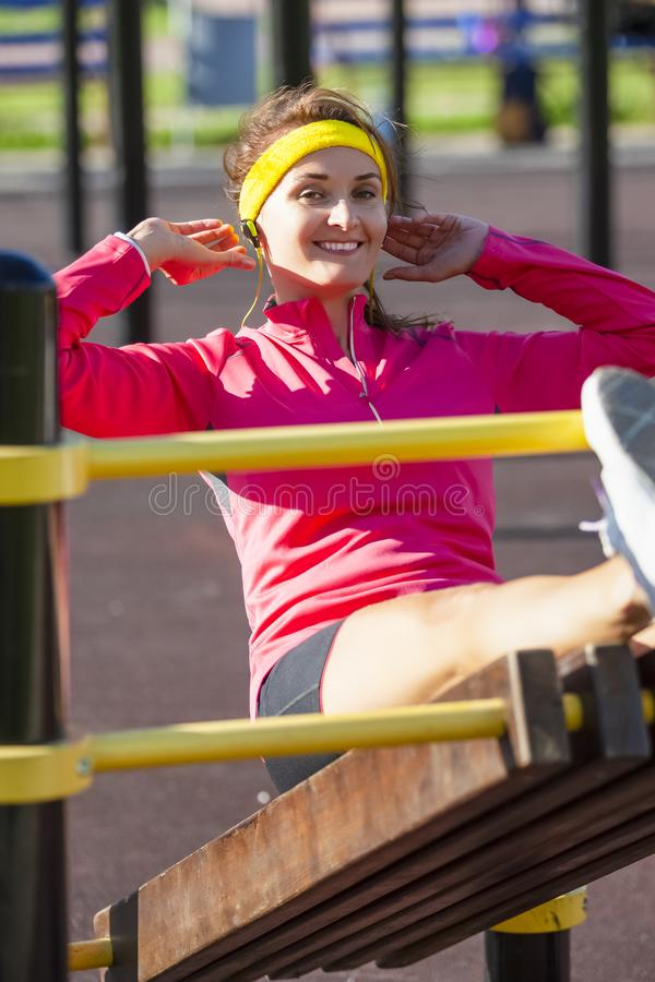 Conceitos do esporte Menina caucasiano desportivo de sorriso feliz no equipamento exterior fotografia de stock royalty free
