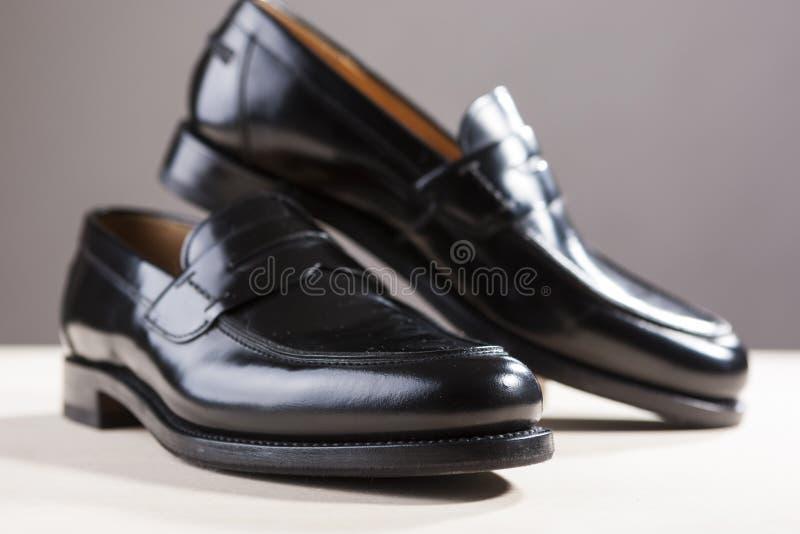 Conceitos dos calçados Pares de Blac de couro real elegante à moda imagem de stock