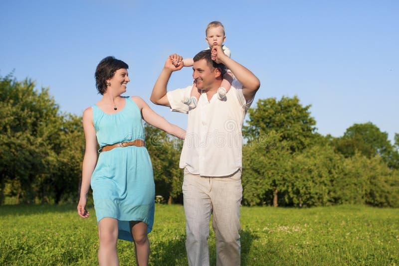 Conceitos dos relacionamentos Família caucasiano nova de três povos que têm o bom tempo fotos de stock royalty free