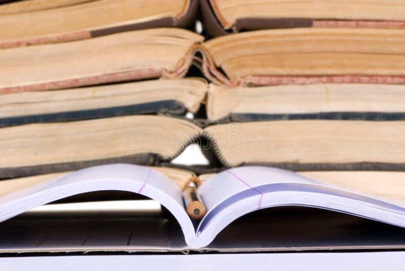 Conceitos educacionais (caderno aberto com livros) fotos de stock royalty free