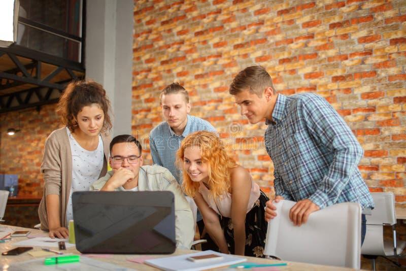 Conceituando na reunião, planeamento que analisa o conceito fotos de stock