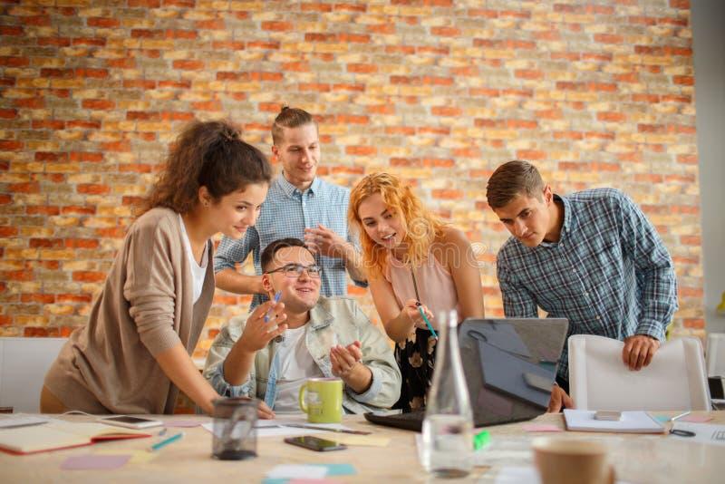 Conceituando na reunião, planeamento que analisa o conceito fotos de stock royalty free