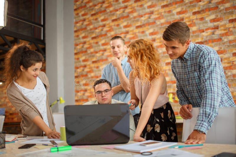 Conceituando na reunião, planeamento que analisa o conceito imagem de stock