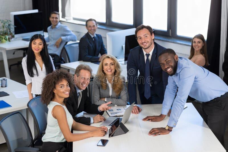 Conceituando o processo, negócio Team Discussing Project During Meeting no escritório moderno, conceito dos trabalhos de equipa,  imagem de stock royalty free