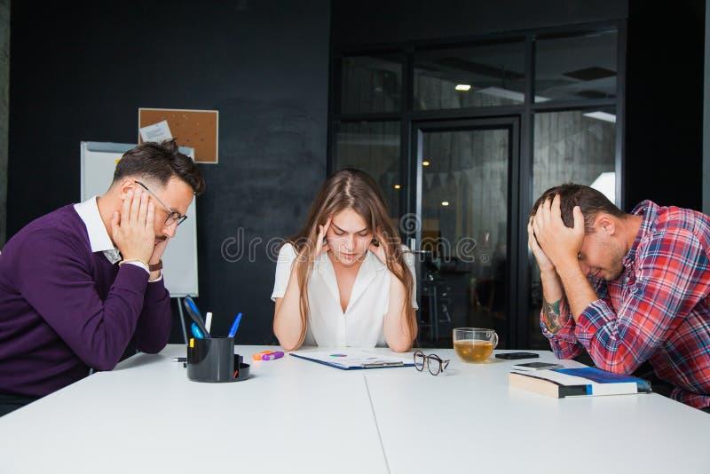 Conceituar em colegas difíceis dos trabalhadores de escritório da situação de negócio foto de stock royalty free