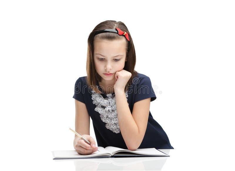 Concentrés de petite fille sur la tâche photos stock