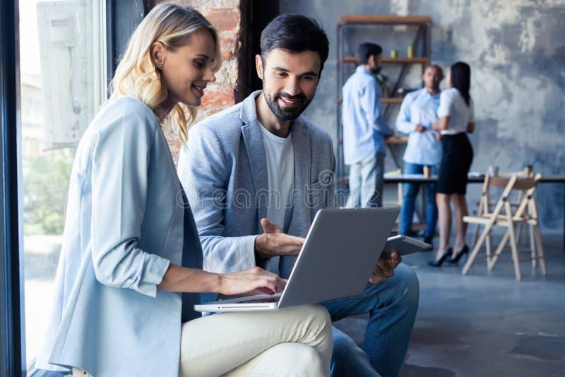 Concentração completa no trabalho Colegas de trabalho da equipe incorporada que trabalham no escritório moderno imagens de stock