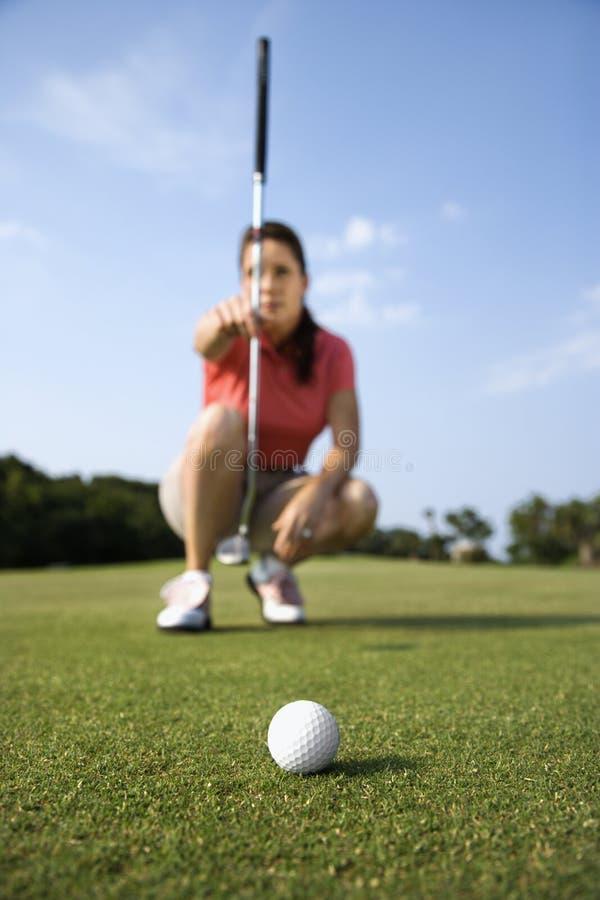 Concentração fêmea do jogador de golfe imagens de stock royalty free